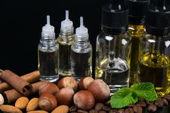 Aromaty dokrętki i mennica mieszali w butelkach, pojęcie na czarnym tle obraz stock