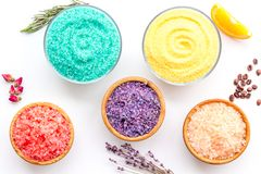 Aromaty kąpielowa sól Cytryna, kawa, rozmaryn, wzrastał, lawendowi pobliscy puchary z kolorową kąpielową solą na białym tło wierz obrazy stock