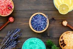 Aromaty kąpielowa sól Cytryna, kawa, rozmaryn, wzrastał, lawendowi pobliscy puchary z kolorową kąpielową solą na ciemny drewniany zdjęcia royalty free