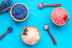Aromaty kąpielowa sól Kawa, wzrastał, lawendowi pobliscy puchary z kolorową kąpielową solą na błękitnego tła odgórnym widoku obraz royalty free