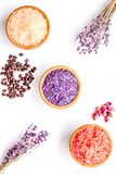 Aromaty kąpielowa sól Kawa, wzrastał, lawendowi pobliscy puchary z kolorową kąpielową solą na białego tła odgórnym widoku zdjęcia royalty free