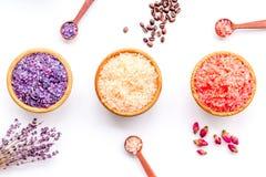 Aromaty kąpielowa sól Kawa, wzrastał, lawendowi pobliscy puchary z kolorową kąpielową solą na białego tła odgórnym widoku fotografia royalty free
