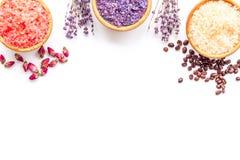 Aromaty kąpielowa sól Kawa, wzrastał, lawendowi pobliscy puchary z kolorową kąpielową solą na białej tło odgórnego widoku kopii p fotografia stock