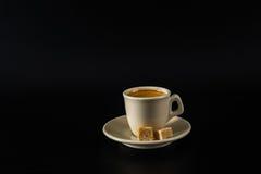 Aromatyczna czarna kawa w białej filiżance, brown cukier, czarny backgrou obraz royalty free