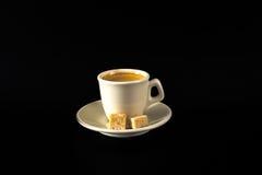 Aromatyczna czarna kawa w białej filiżance, brown cukier, czarny backgrou fotografia stock