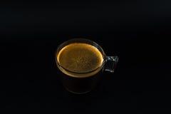 Aromatyczna czarna kawa w szklanej filiżance, czarny tło, napoju set obraz stock