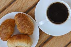 Aromatyczna kawa i croissants na talerzu Fotografia Stock
