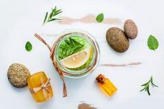 Aromatyczna morze sól z aromatycznymi ziele Świeża miętówka, cytryna, Fotografia Royalty Free