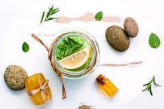 Aromatyczna morze sól z aromatycznymi ziele Świeża miętówka, cytryna, Zdjęcie Stock