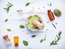 Aromatyczna morze sól z aromatycznymi ziele Świeża miętówka, mędrzec a Fotografia Royalty Free