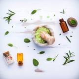 Aromatyczna morze sól z aromatycznymi ziele Świeża miętówka, mędrzec a Fotografia Stock