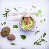 Aromatyczna morze sól z aromatycznymi ziele Świeża miętówka, mędrzec a Zdjęcia Stock