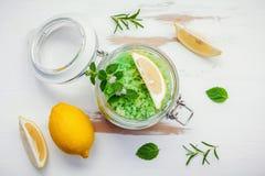 Aromatyczna morze sól z aromatycznymi ziele Świeża miętówka, mędrzec a Obrazy Royalty Free