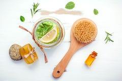 Aromatyczna morze sól z aromatycznymi ziele Świeża miętówka, mędrzec a Obraz Royalty Free
