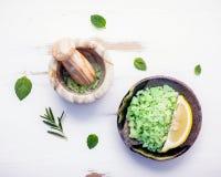 Aromatyczna morze sól z aromatycznymi ziele Świeża miętówka, mędrzec a Obrazy Stock