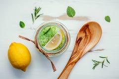 Aromatyczna morze sól z aromatycznymi ziele Fotografia Stock