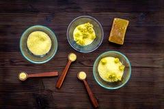 Aromatyczna zdrój sól Żółta zdrój sól z delikatną wiosną kwitnie na ciemnego drewnianego tła odgórnym widoku Obraz Royalty Free