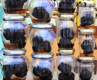 Aromatyczne świeże czarne trufle w małych słojach fotografia royalty free