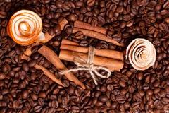 Aromatyczne kawowe fasole i cytrus łupa Fotografia Stock