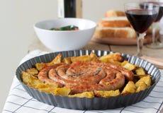 Aromatyczne mięsne kiełbasy z grulami, sałatką i winem na drewnianym tle, Selekcyjna ostrość obraz stock