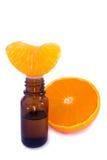 Aromatycznej esenci nafciany i świeży pomarańczowy segment zdjęcia royalty free