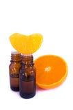 Aromatycznej esenci nafciany i świeży pomarańczowy segment zdjęcia stock