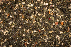 Aromatycznej zieleni sucha herbata z niektóre owoc Fotografia Stock