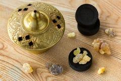 Aromatyczny żółty żywicy dziąsło na Arabskich węglach drzewnych palić aromatyczny zdjęcie stock