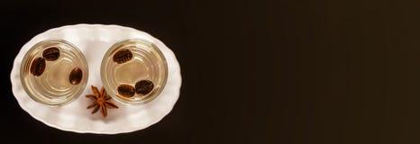 Aromatyczny anyżowy alkohol z kawowymi fasolami w szkle, napoju set zdjęcie stock