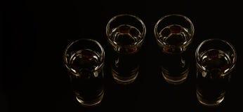Aromatyczny anyżowy alkohol z kawowymi fasolami w szkle, napoju set obrazy royalty free