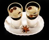 Aromatyczny anyżowy alkohol z kawowymi fasolami w szkle, napoju set zdjęcia stock
