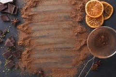 Aromatyczny kakaowy proszek rozpraszający nad czarnym tłem zdjęcia royalty free