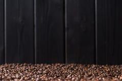 Aromatyczny kawowych fasoli tło, selekcyjna ostrość obraz royalty free