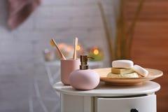 Aromatyczny mydło i szampon na stole przeciw zamazanemu tłu zdjęcia royalty free
