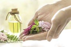 Aromatyczny nafciany ekstrakt od kwiatów Fragrant olej Gotowy używać w odświeżającym zdroju Aromata masaż, piękna ciało skóra, rę zdjęcie royalty free