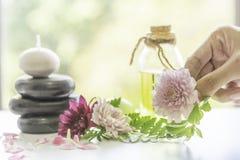 Aromatyczny nafciany ekstrakt od kwiatów Fragrant olej Gotowy używać w odświeżającym zdroju Aromata masaż, piękna ciało skóra, rę obraz royalty free