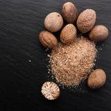 Aromatyczny nutmeg na ciemnym kamiennym tle zdjęcie stock