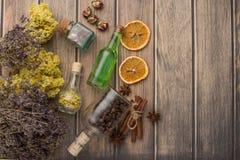 Aromatyczny olej, kawa groszkuje aromat trawa w szklanych butelkach na drewnianym tle z pustą przestrzenią dla inskrypcji, obrazy royalty free