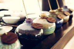 Aromatyczny olej w ceramicznych wazach obraz stock