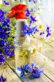 Aromatyczny olej z perfumowaniem kwiaty zdjęcie royalty free