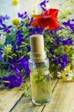 Aromatyczny olej z perfumowaniem kwiaty zdjęcia royalty free