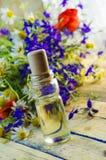 Aromatyczny olej z perfumowaniem kwiaty zdjęcia stock