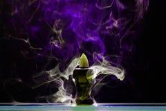 Aromatyczny szyszkowy tlić się w ceramicznym stojaku zdjęcie royalty free