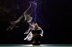 Aromatyczny szyszkowy tlić się w ceramicznym stojaku zdjęcia royalty free