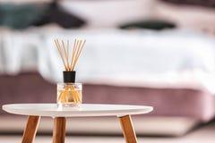 Aromatyczny trzcinowy lotniczy freshener na stole fotografia stock