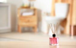 Aromatyczny trzcinowy lotniczy freshener na stole fotografia royalty free