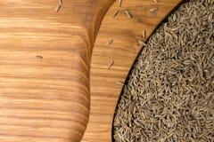 aromatyczny wysuszony kmin w drewnianym tle zdjęcia royalty free