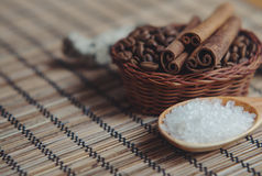Aromatyczny zdrój kawowy ustawiający z morze solankowymi i cynamonowymi kijami zdjęcie royalty free