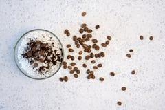 Aromatyczny zdroju kawowy ustawiający z morze solą obraz royalty free