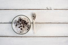 Aromatyczny zdroju kawowy ustawiający z morze solą fotografia stock